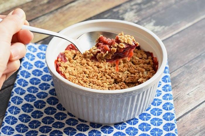 healthy strawberry crumble - karlijnskitchen.com