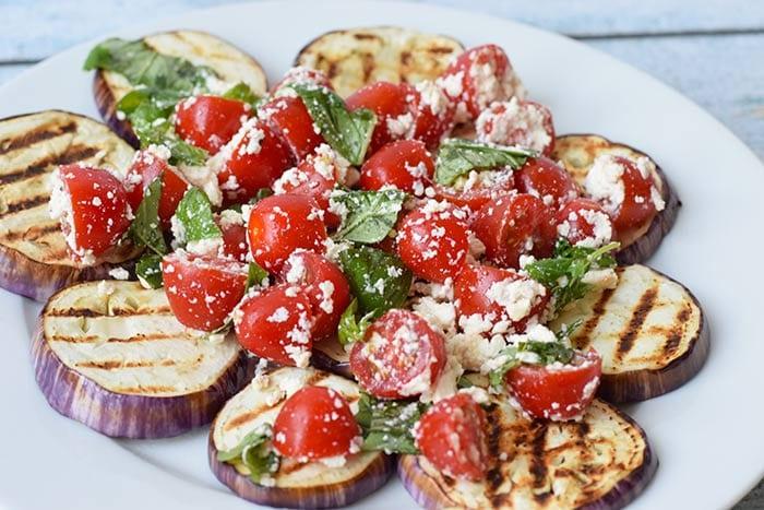 gegrilde aubergine met feta en tomaat - karlijnskitchen.com