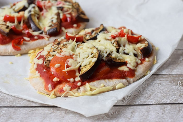 low FODMAP pita pizza with grilled veggies - karlijnskitchen.com
